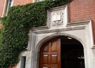 Вход в старейшее здание колледжа