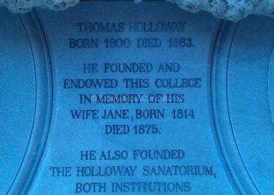 Памятная табличка в честь основателя университета