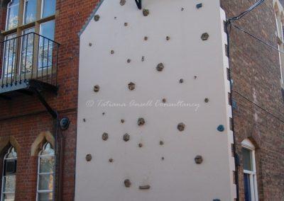 Скалолазная стенка на одном из зданий школы