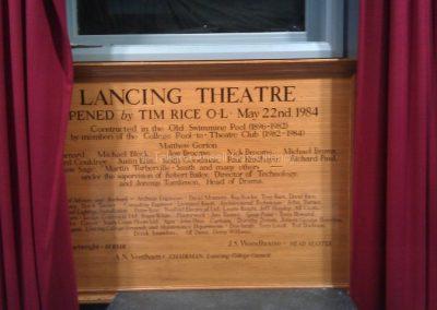 При входе в театр Лансинг Колледж