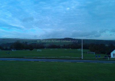 Вид на спортивное поле Лансинг Колледжа хмурым ноябрьским утром