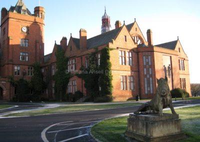 Вид на главное здание Кемпбелл Колледж при въезде в школу