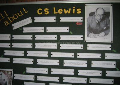 """Информационная доска, посвященная знаменитому выпускнику школы - Клайву Льюису, написавшему """"Хроники Нарнии"""""""