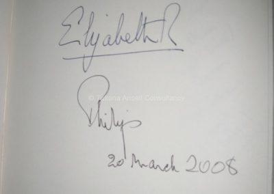"""""""Автограф"""" Елизаветы II, оставленный при посещении школы в 2008 г в честь 400-летия школы Royal Armagh"""