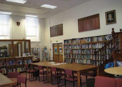 В библиотеке школы Royal Dungannon