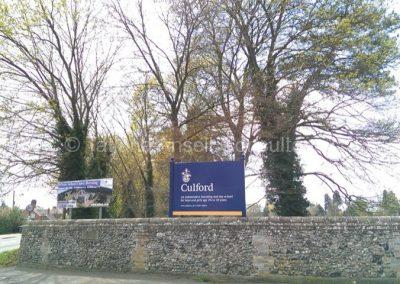 Знак при въезде на территорию Калфорд Скул
