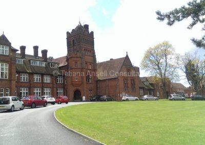 При подъезде к главному зданию Walden_School