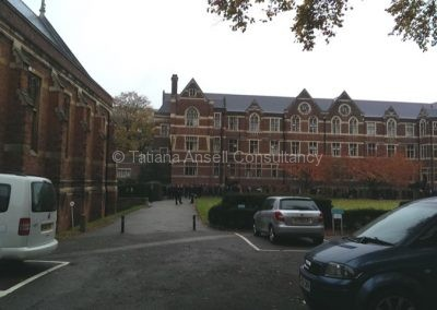 На территории школы Leys