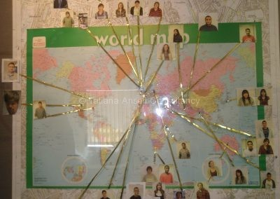 Карта мира с фото студентов в Dwight School