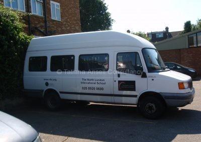 Школьный микроавтобус на парковке Dwight School