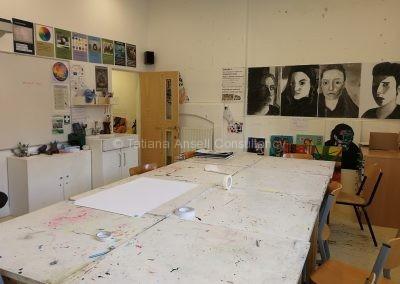 Классная комната для занятий изобразительным искусством в средней школе