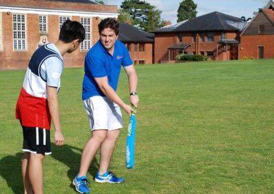 Обучение игре в крикет в летнем лагере Etherton