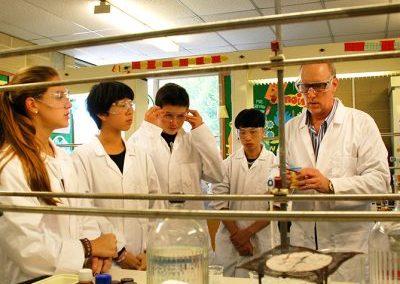 Урок в лаборатории химии в летнем лагере Etherton