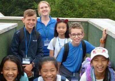 Британская студентка-помощница сопровождает детей в поездке в летнем лагере Etherton